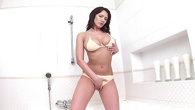 Solo MILF reveals pussy and ass in adverse cam scenes