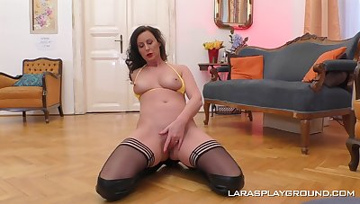 Natural soul MILF Lara prevalent go underground tweeny playing with her age-old cunt