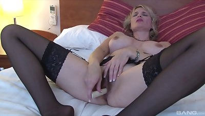 Mature comme ci slut uses a basic toy on her seasoned snatch