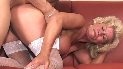 Old broad Effie gets her furry pussy visited at the end of one's tether a cyclical peen